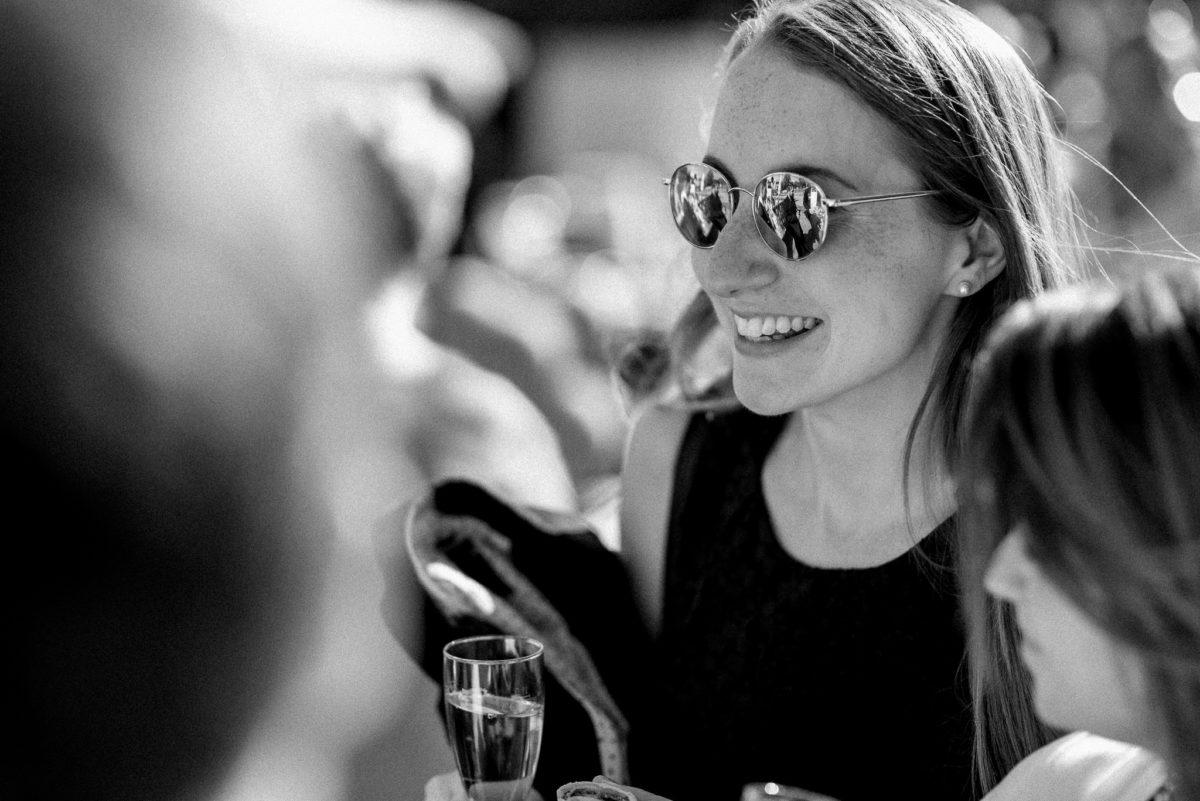 heiraten, Hochzeitsfotografie, Sonnenbrille, Sektglas, Lachen