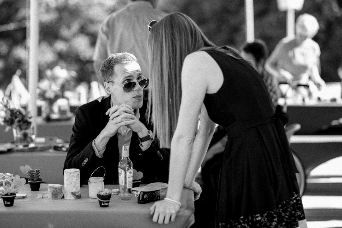 Hochzeitsfotografie, Gäste, Sonnenbrille, reden, Blick