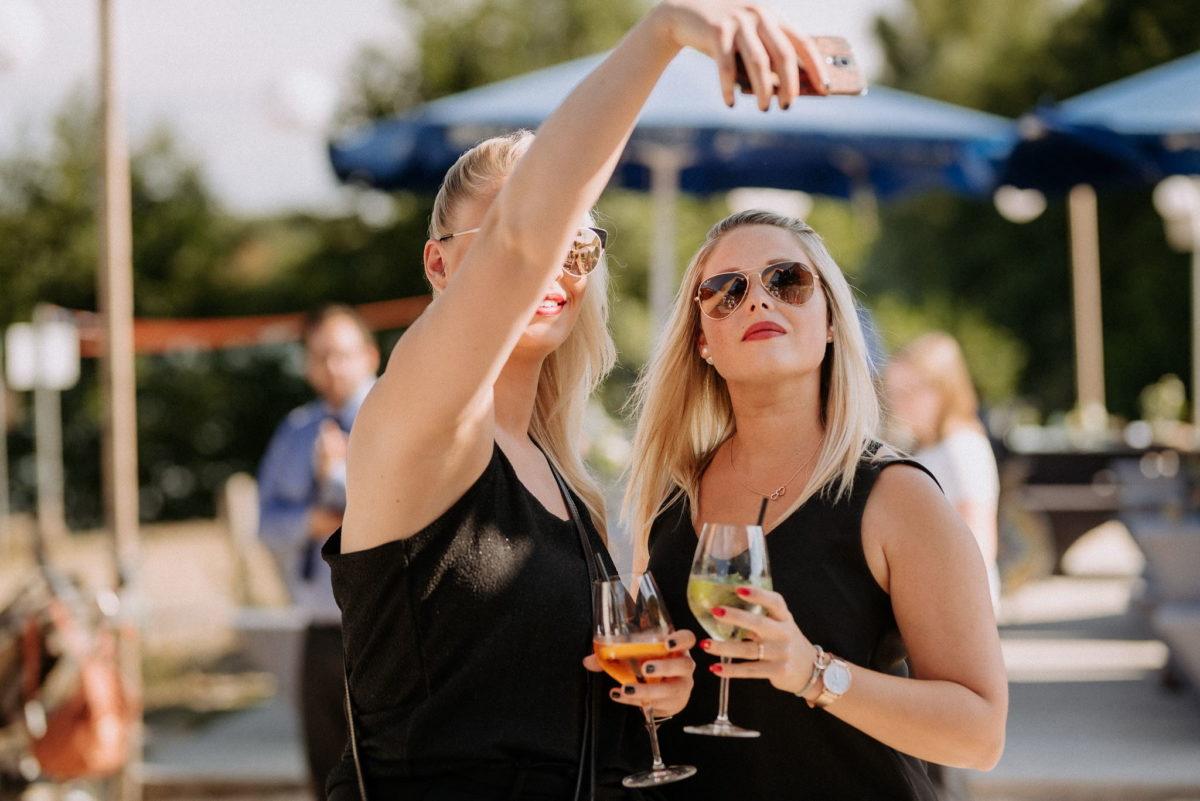 Hochzeitsfotografie, heiraten, Handy, Selfie, Freundinnen, Sonnenbrille