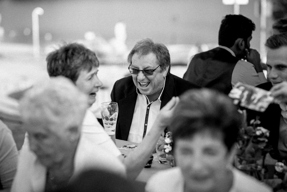 Hochzeitsfotografie, heiraten, Gäste, Lachen, Sonnenbrille, Weizenbier