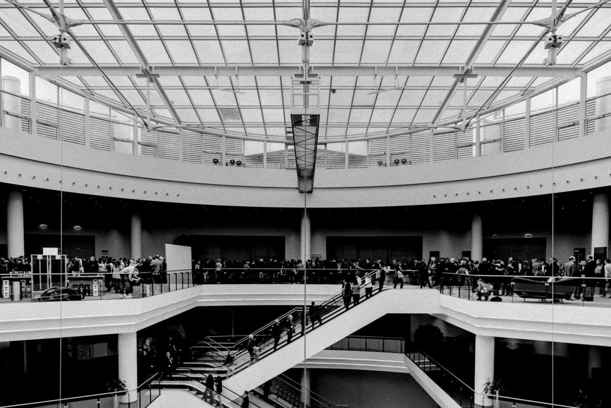 Menschenansammlung, Vortrag Jane Goodall, Primatenforscher, Verhaltensforscher, Warten, Einlass, Messegebäude, Eventfotograf, Messefotograf