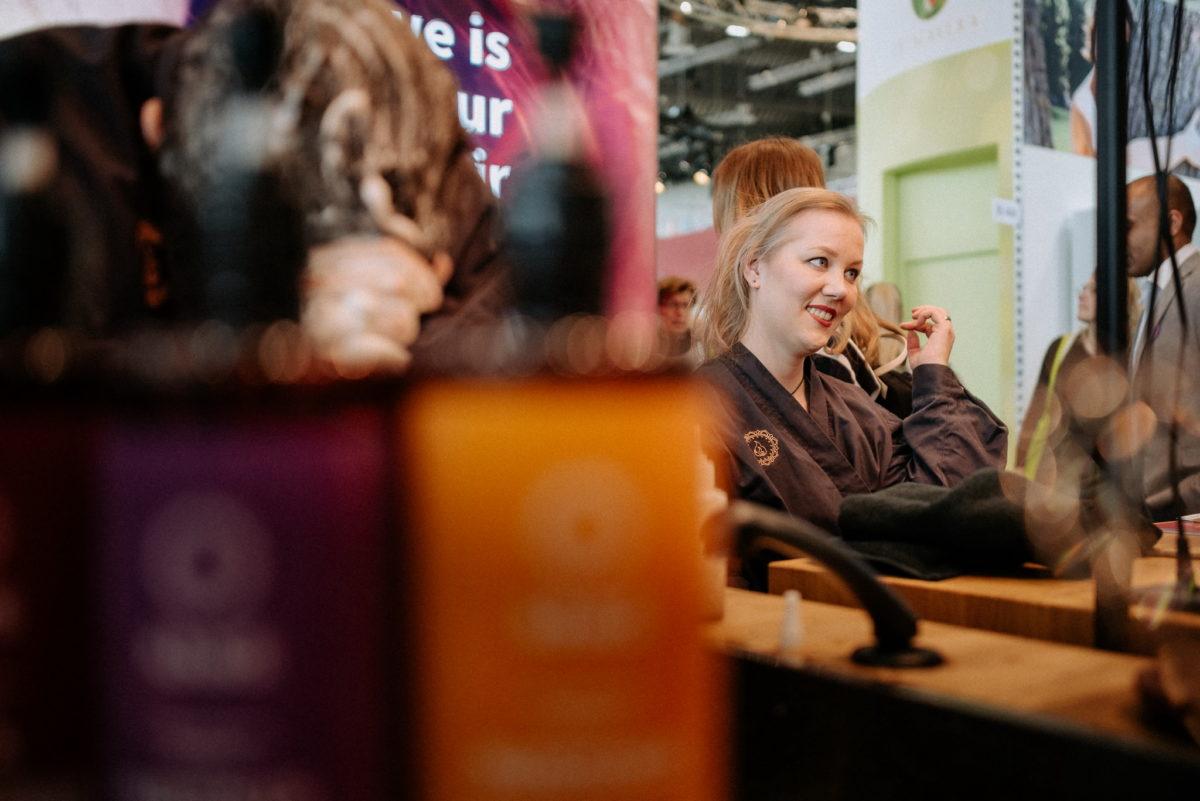 Khadi Naturkosmetik Messestand Vivaness 2020, Christine Raab, Grünfluencerin, Haare färben, Naturhaarfarben, Messefotograf, Eventfotograf
