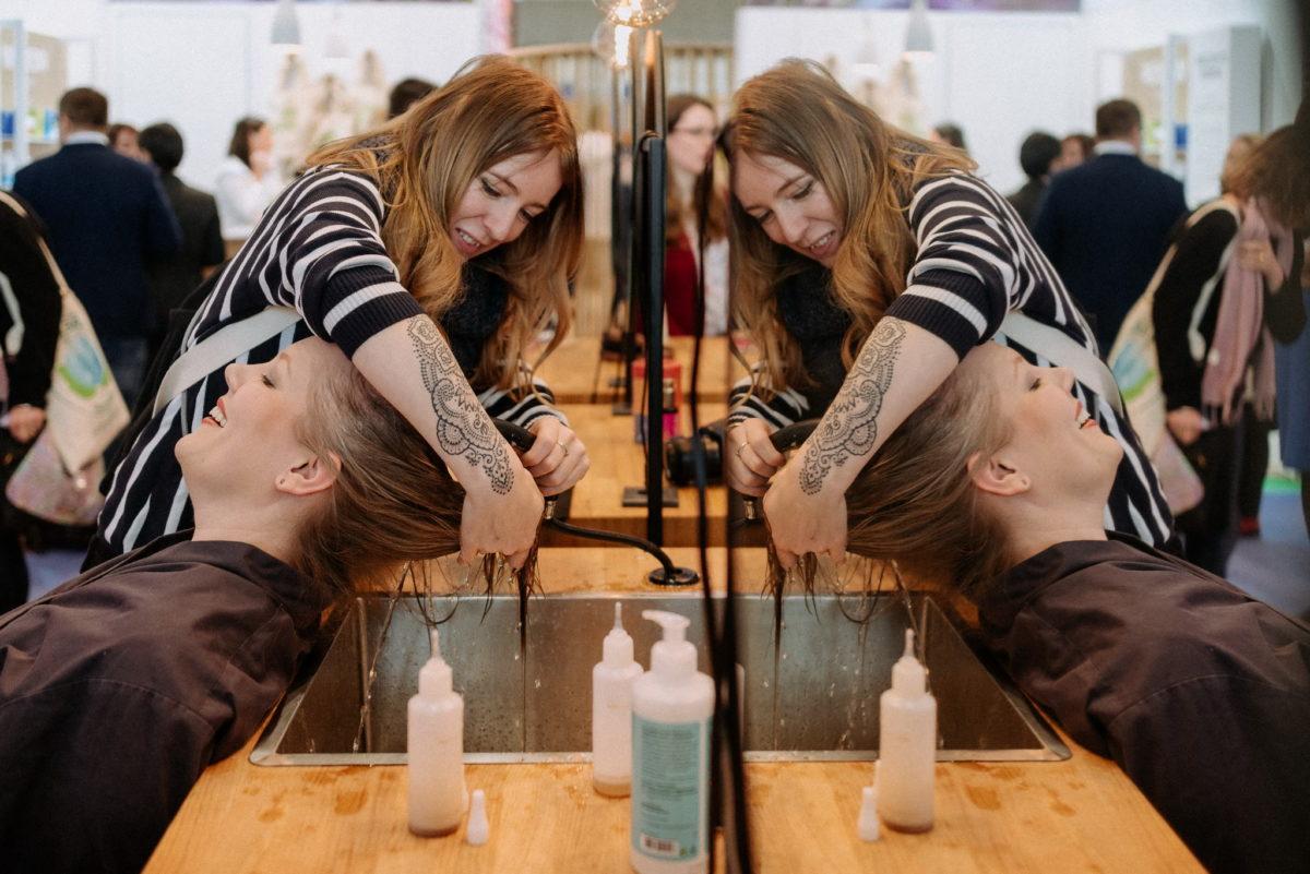 Khadi Naturkosmetik Messestand Vivaness 2020, Haare waschen, Haare färben, Naturhaarfarben, Messefotograf, Eventfotograf