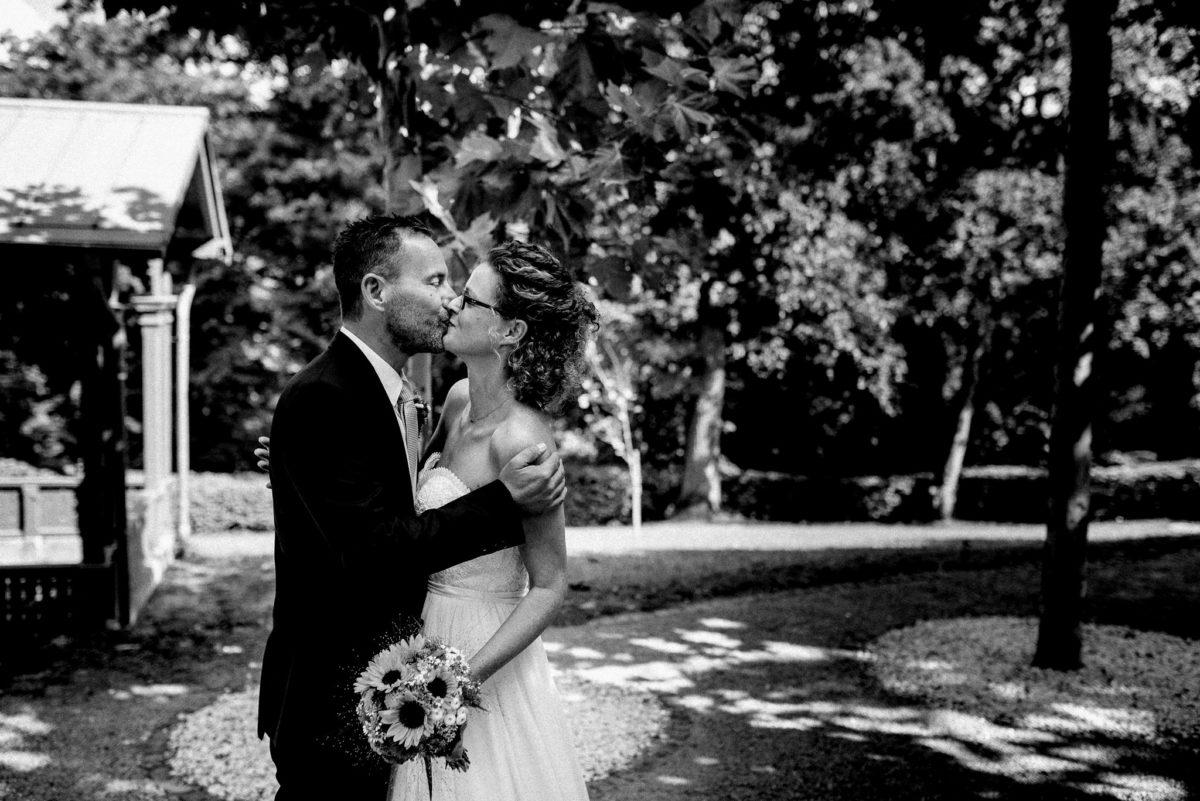 Hochzeit, heiraten, Hochzeitsfotograf, Brautpaar, Braut, Bräutigam, schwarzweiß, Kuss